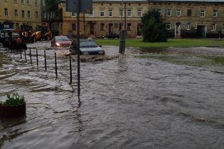 Во Львове мощная гроза парализовала движение транспорта и затопила улицы