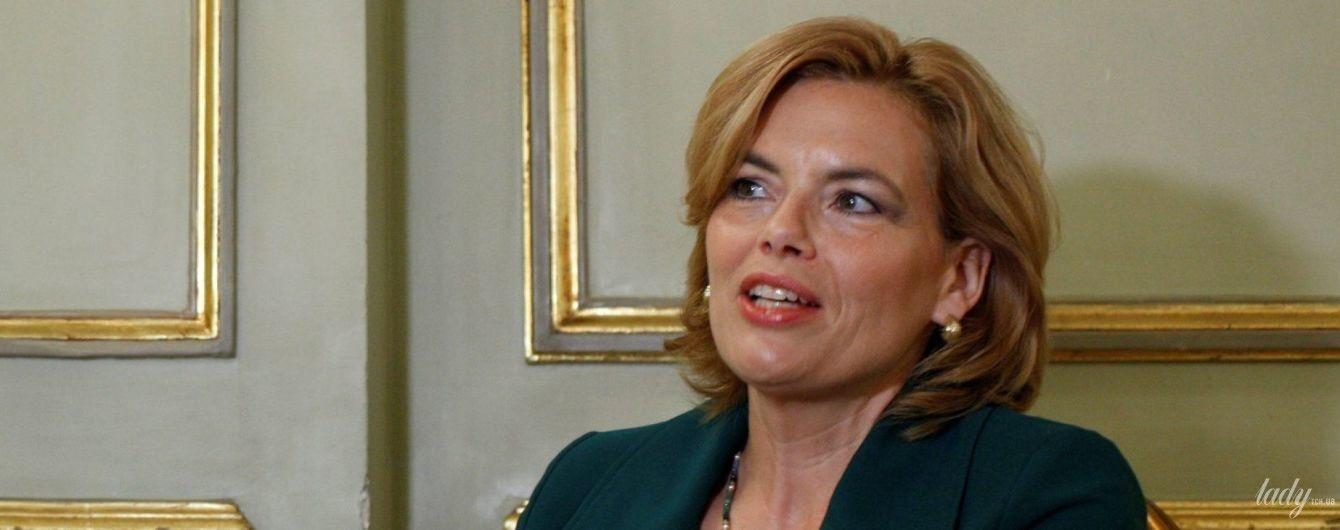 Министр сельского хозяйства Германии в изумрудном костюме пришла на интервью