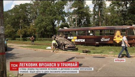Легковушка врезалась в трамвай в Пуще-Водице