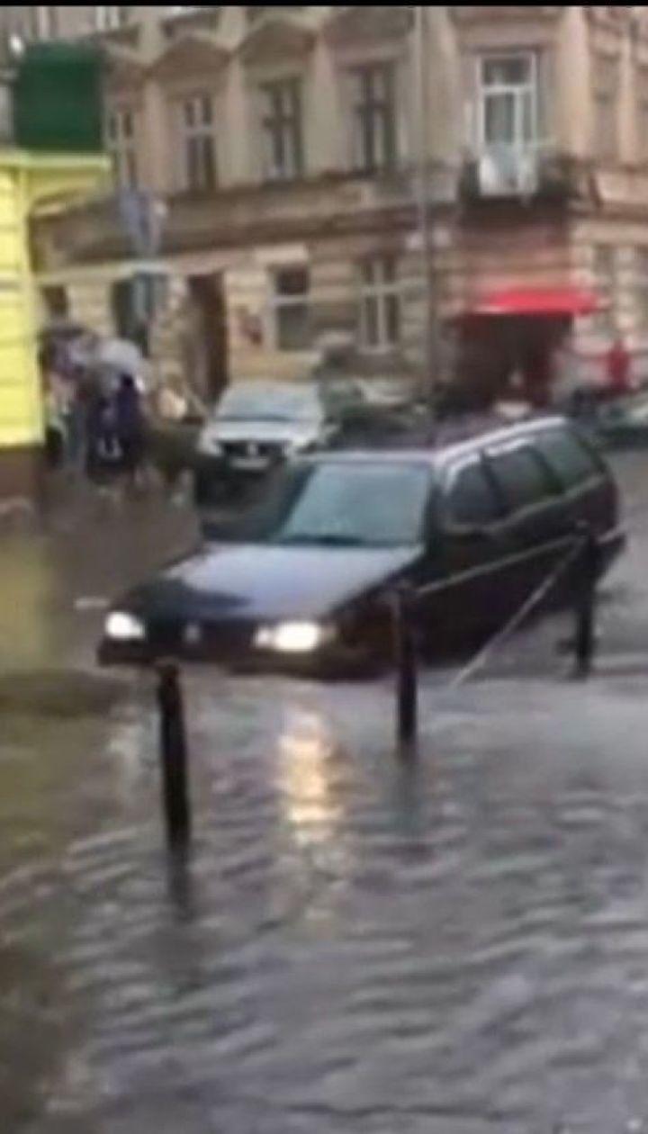 Через короткочасну зливу центр та спальні райони Львова захлинулися водою