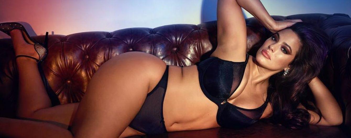 Без комплексов: Эшли Грэм в нижнем белье сексуально позировала на кожаном диване