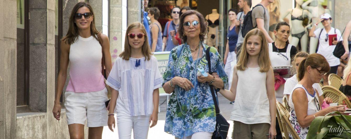 В шортах и топе: королева Летиция с дочками и свекровью прогулялась по Майорке