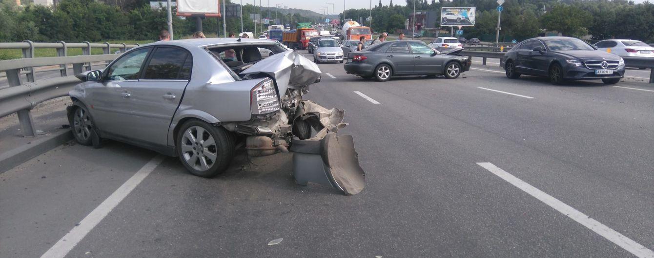 У Києві в районі Корчуватого сталося ДТП з трьома автомобілями