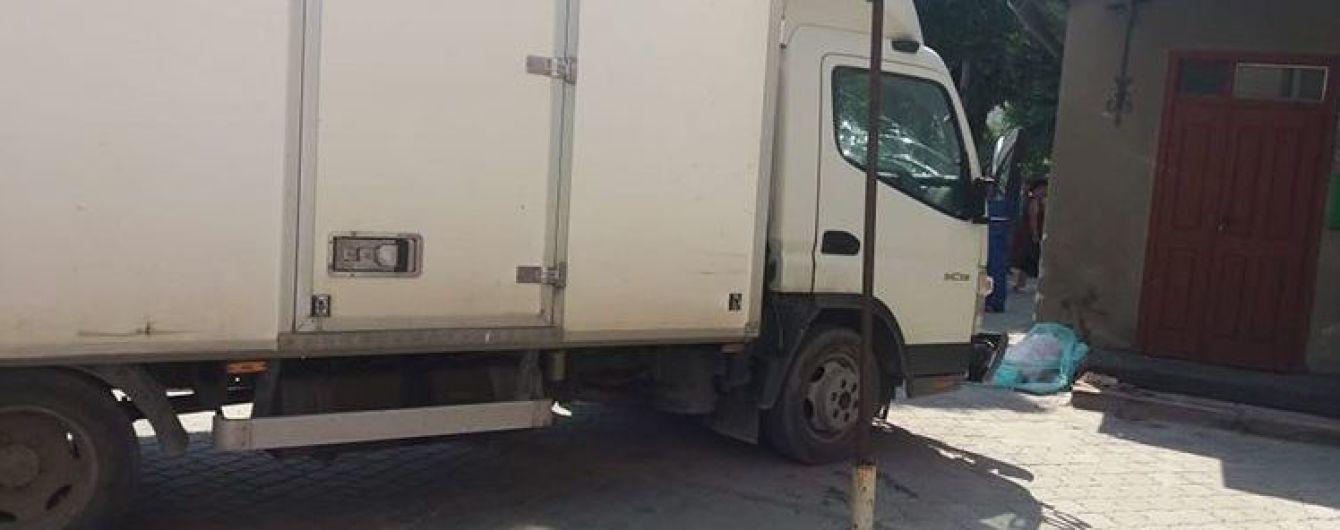 На Тернопольщине грузовик выехал на тротуар и сбил насмерть 8-летнюю девочку