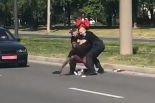 У Мережі з'явилося відео сутички іноземця з патрульними: поліція Харкова пояснила конфлікт