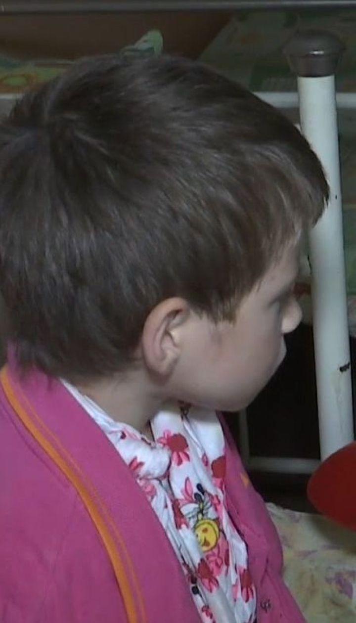 Виховання кулаками. На Житомирщині батько зламав руку своїй восьмирічній доньці