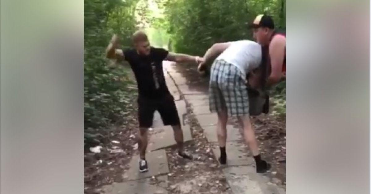 В Киеве избили извращенца, который мастурбировал на детей в парке - соцсети