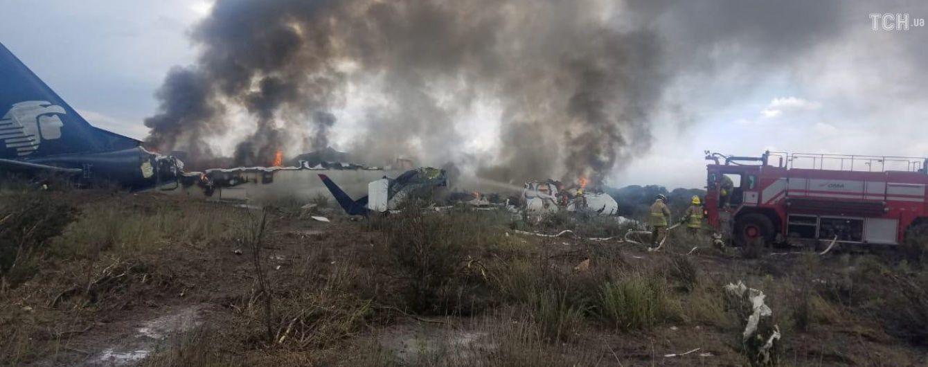 В Мексике назвали причину падения самолета с более чем 100 людьми на борту