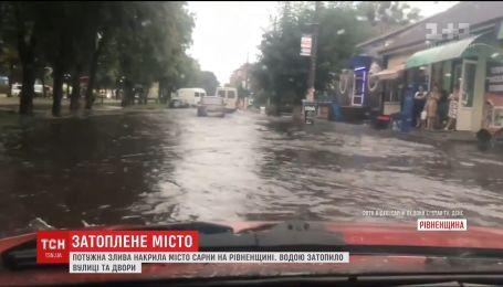 Потужна злива накрила місто Сарни на Рівненщині