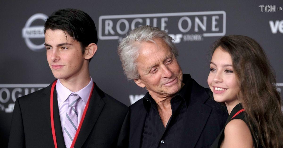 Майкл Дуглас с сыном и дочкой @ Getty Images