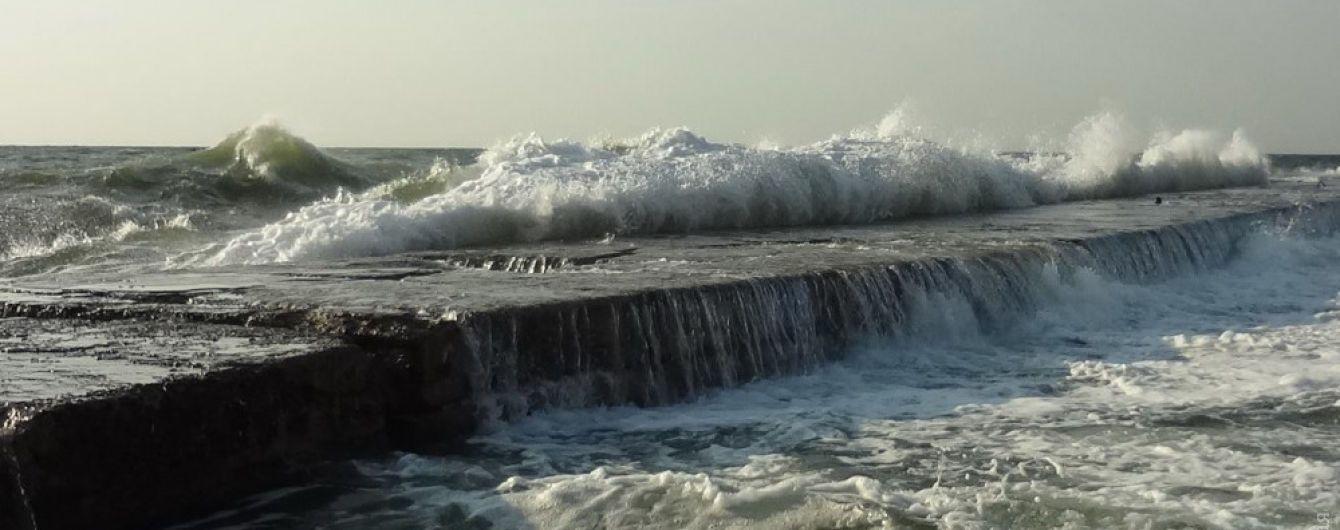 В Одессе мужчину смыло волной в море, продолжаются поиски