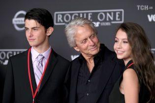 15-летняя дочь Майкла Дугласа пожаловалась, что ее травят в школе из-за старого отца