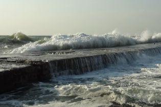В Одесі чоловіка змило хвилею в море, тривають пошуки