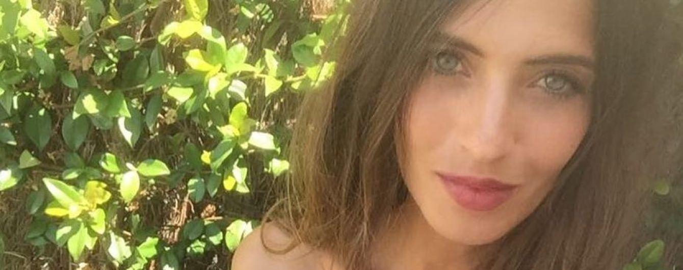 В купальнике и с бокалом: Сара Карбонеро отдыхает с мужем и детьми