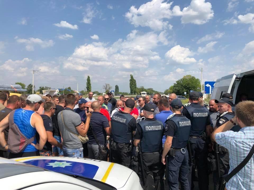 Зіткнення з поліцією на миколаївщині. перевантажені фури