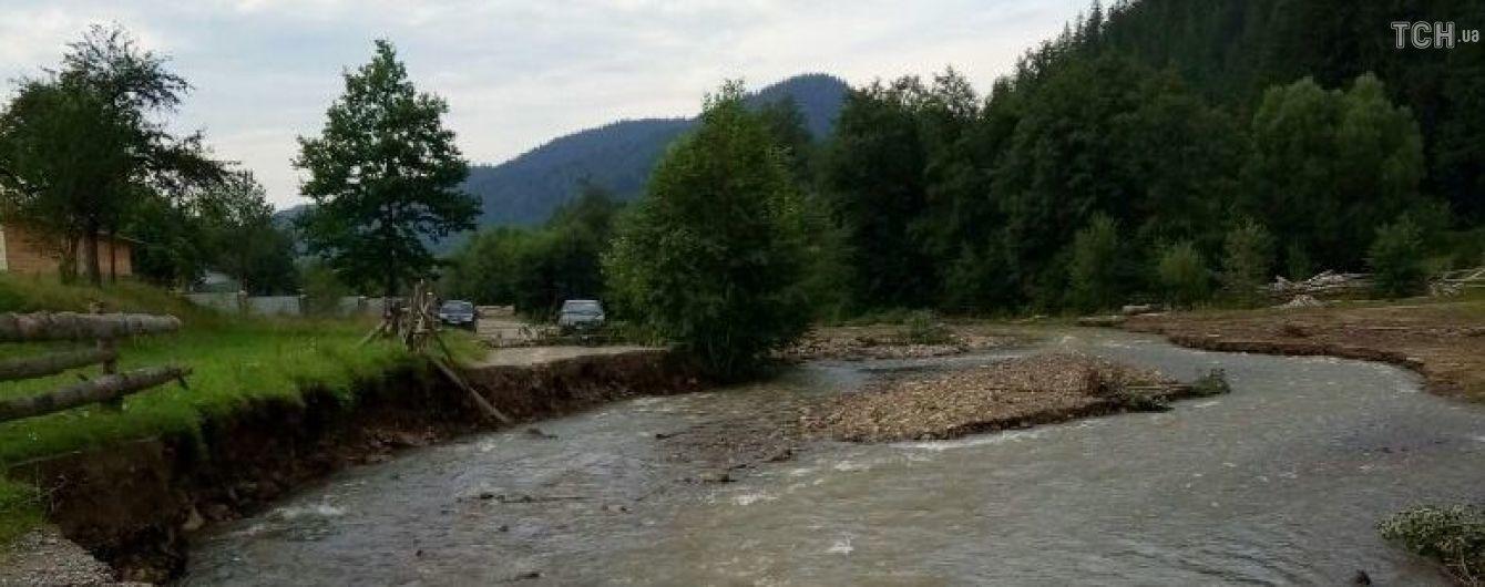 На Буковині через потужну зливу затопило дорогу: мешканці кілька днів не можуть дістатися магазинів