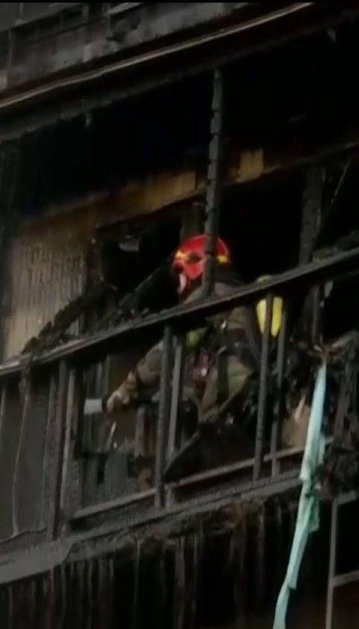Вогонь охопив три поверхи у столичній багатоповерхівці