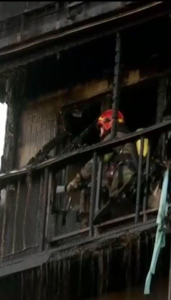Огонь охватил три этажа в столичной многоэтажке