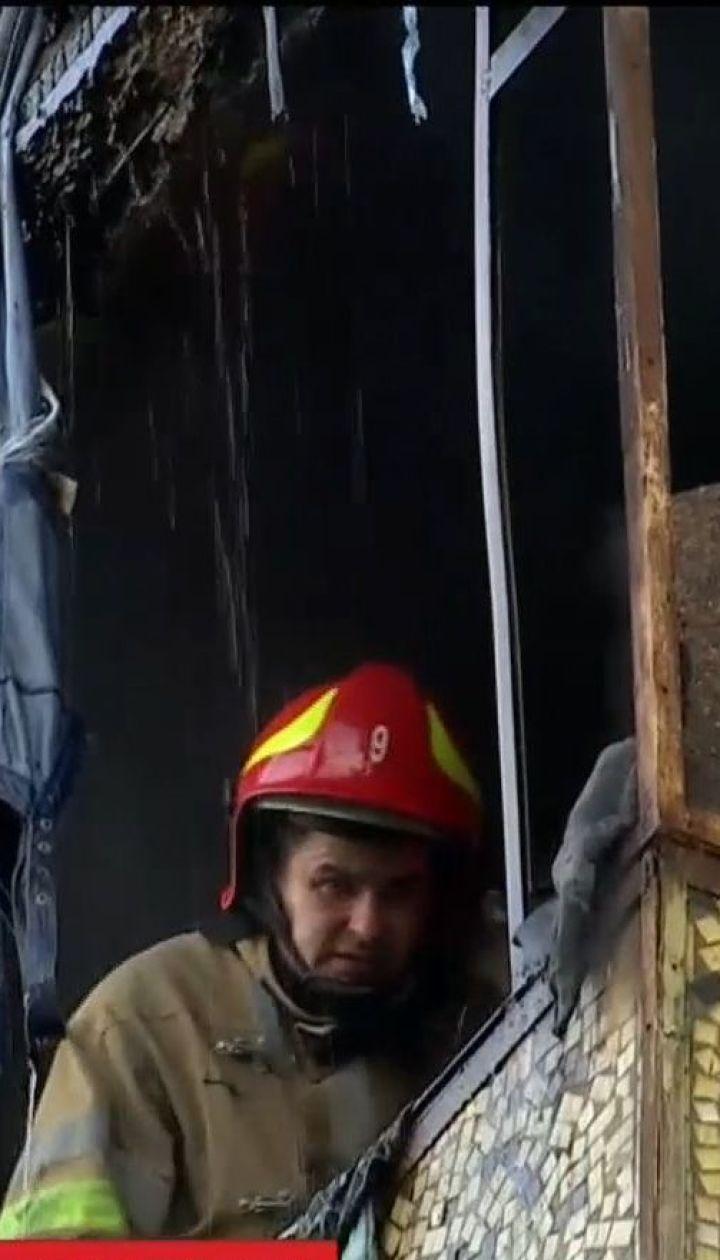 Дим та евакуація: у Києві вигоріли три поверхи житлового будинку