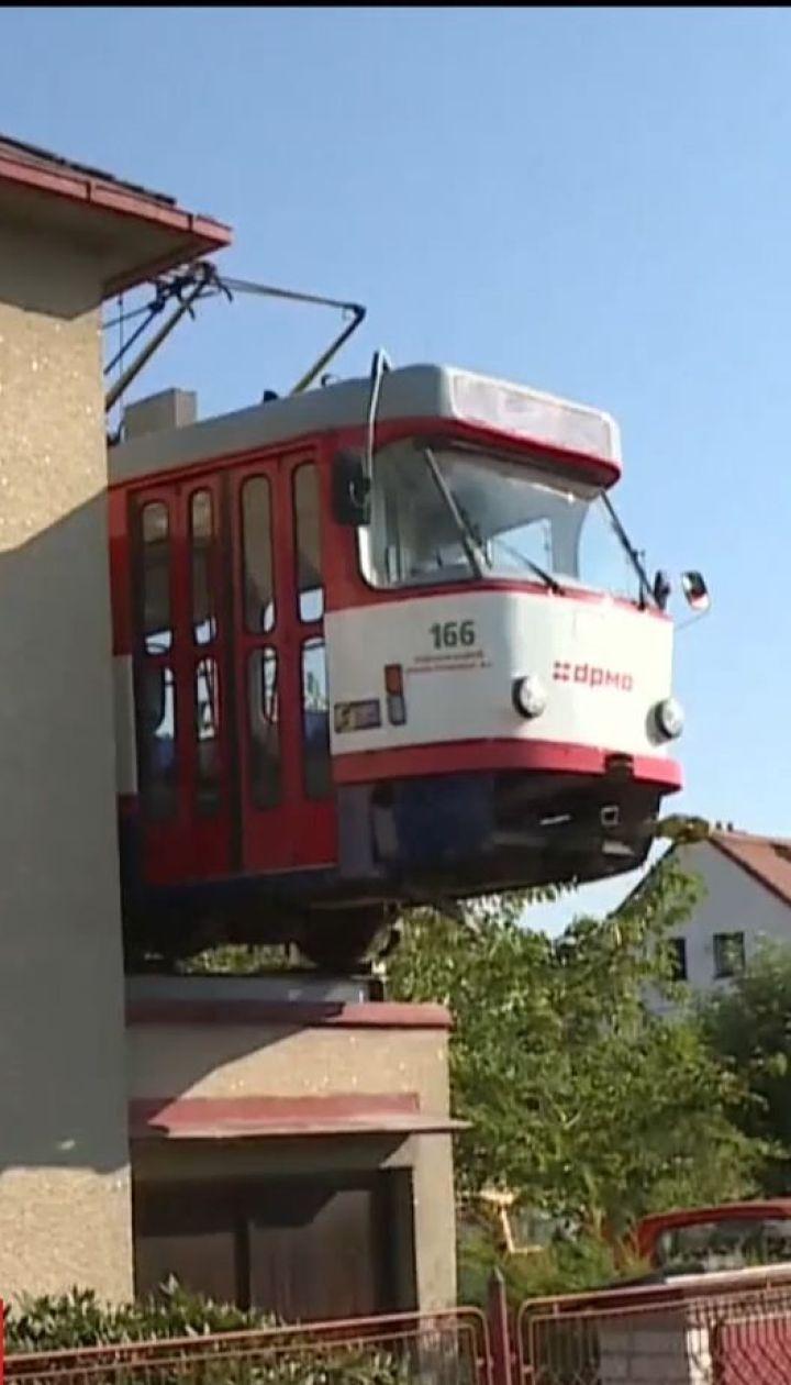 Житель Чехии установил на крыше собственного гаража настоящий уличный трамвай