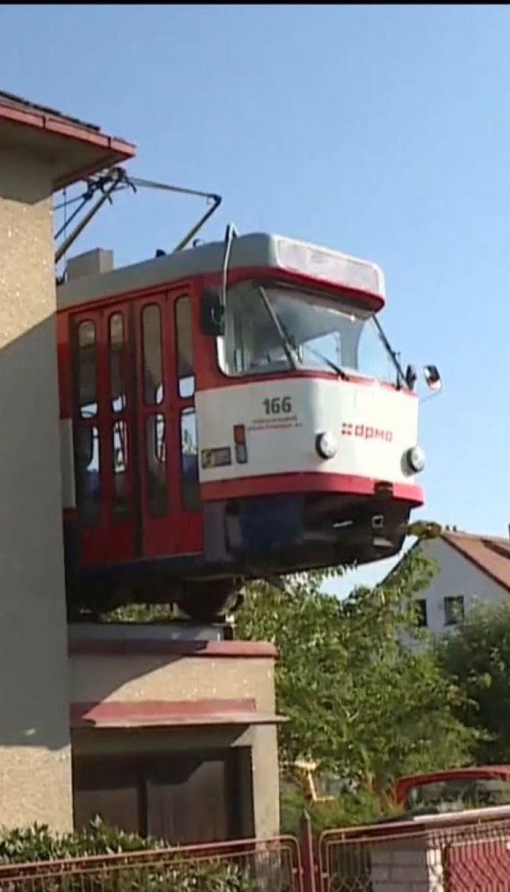 Житель Чехії встановив на даху власного гаража справжній вуличний трамвай