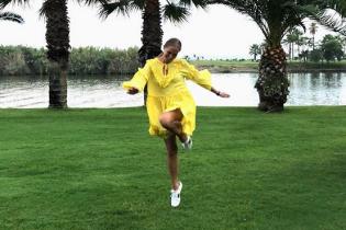 В желтом платье и кроссовках: новый летний образ Кати Осадчей