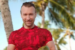 У червоній футболці і з кокосами: Олег Винник показав, як займається спортом у Домінікані