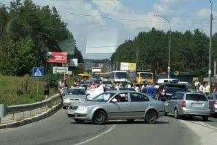 В Ирпене протестующие заблокировали въезд в город