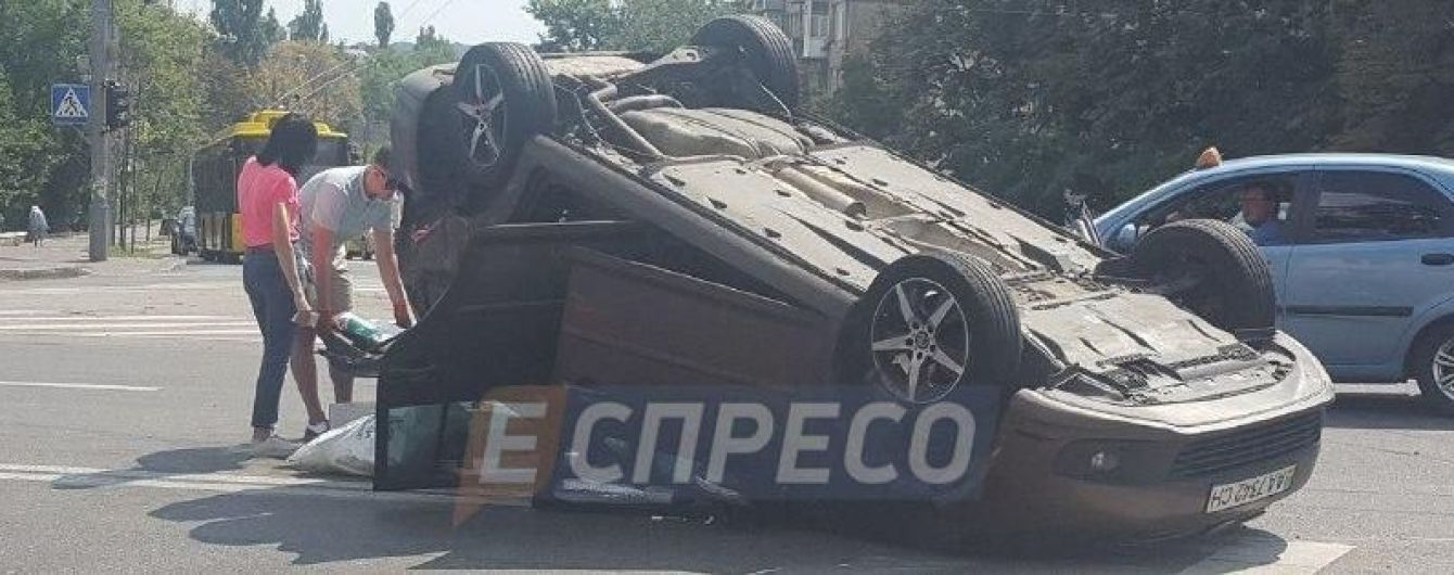 В центре Киева Jaguar мощно протаранил Volkswagen, опрокинув его на крышу