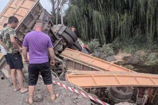 На Хмельнитчине грузовик слетел с моста в реку, есть пострадавшие