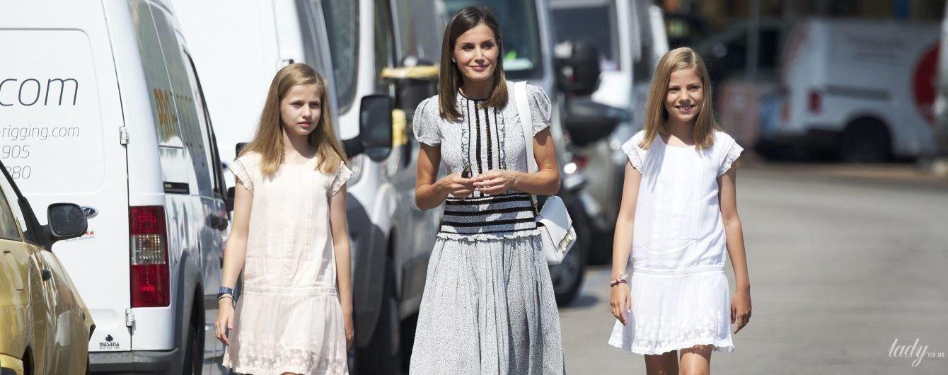 У скромній сукні та босоніжках на платформі: королева Летиція з доньками на морі