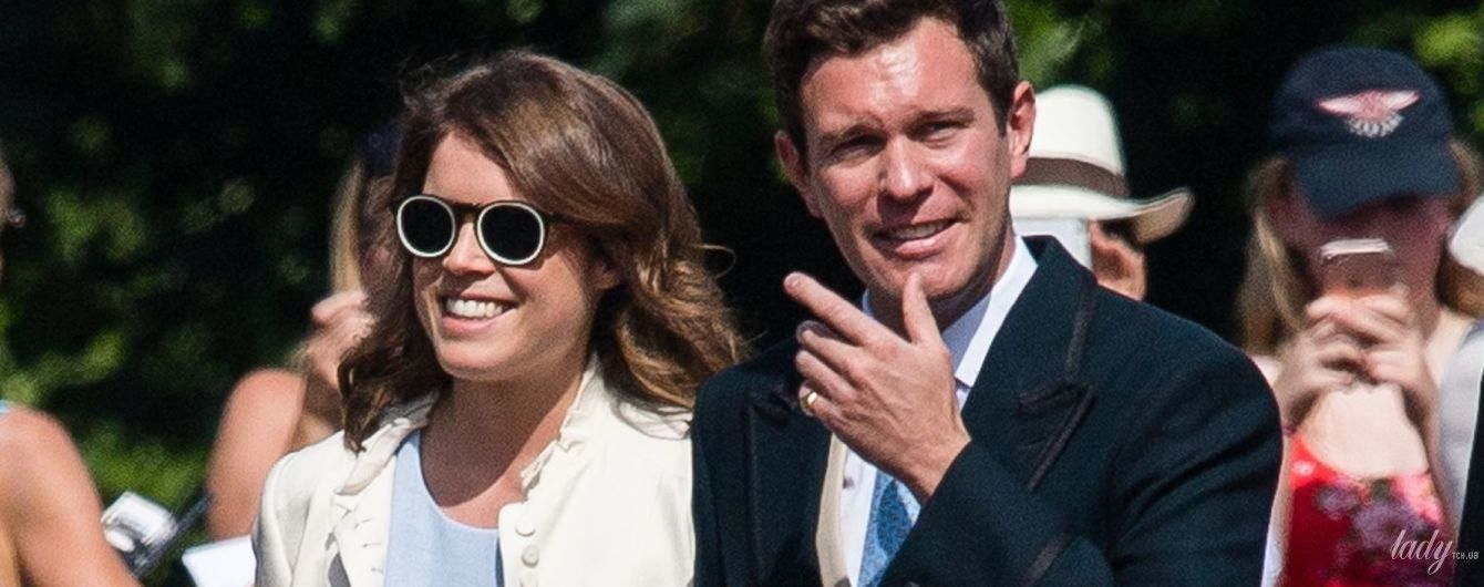 В платье с разрезами и очках: принцесса Евгения с женихом посетила свадьбу друзей