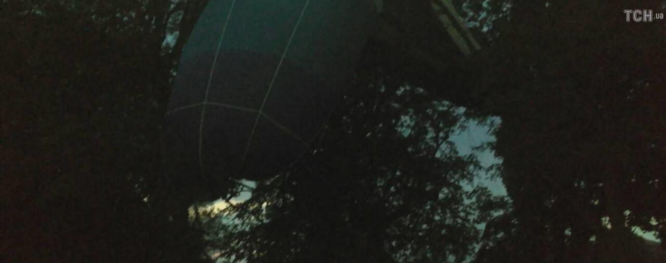 Появилось видео падения воздушного шара с людьми на верхушки деревьев на Кировоградщине