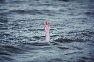 """""""Не розмовляйте"""". У Києві незнайомець намагався втопити жінку посеред Русанівського каналу"""