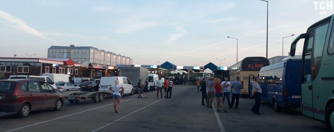 Украинско-польскую границу захлестнули очереди из сотен автомобилей