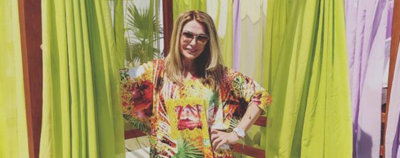 Звезды на отдыхе: Ольга Сумская подчеркнула пышный бюст коралловым бикини
