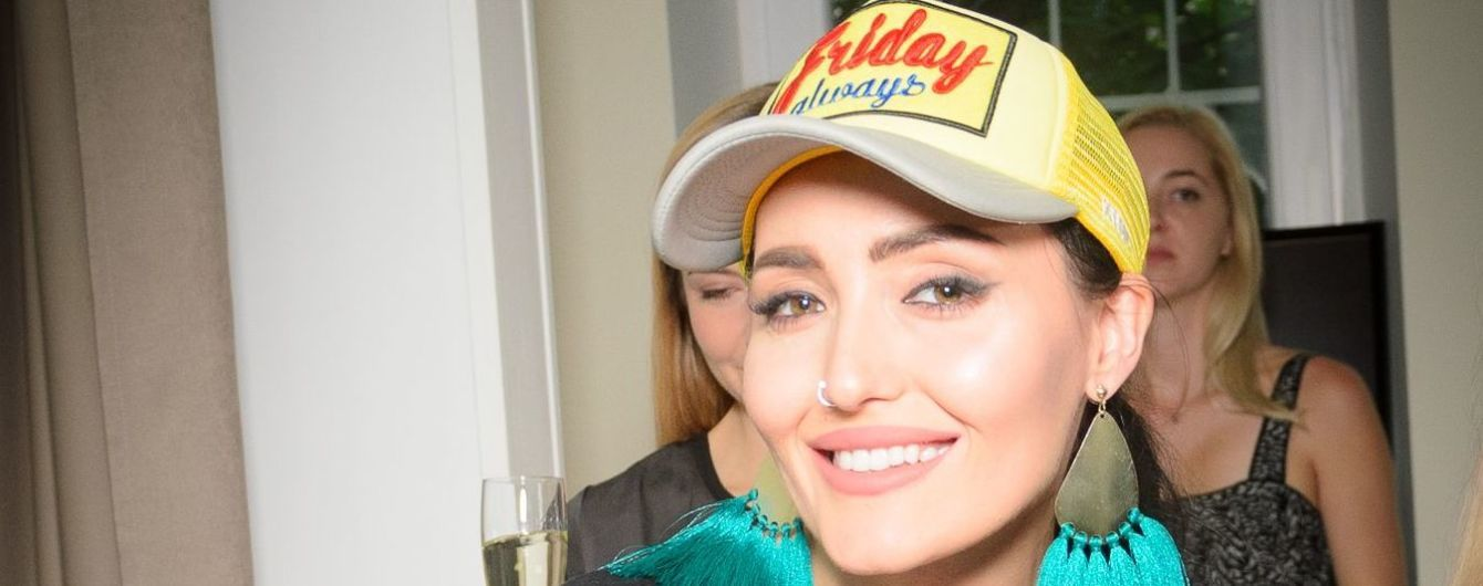 В плиссированной юбке и яркой кепке: Анна Добрыднева в стильном образе пришла на вечеринку