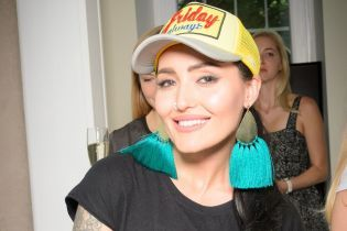 У плісированій спідниці і яскравій кепці: Анна Добриднєва у стильному образі прийшла на вечірку