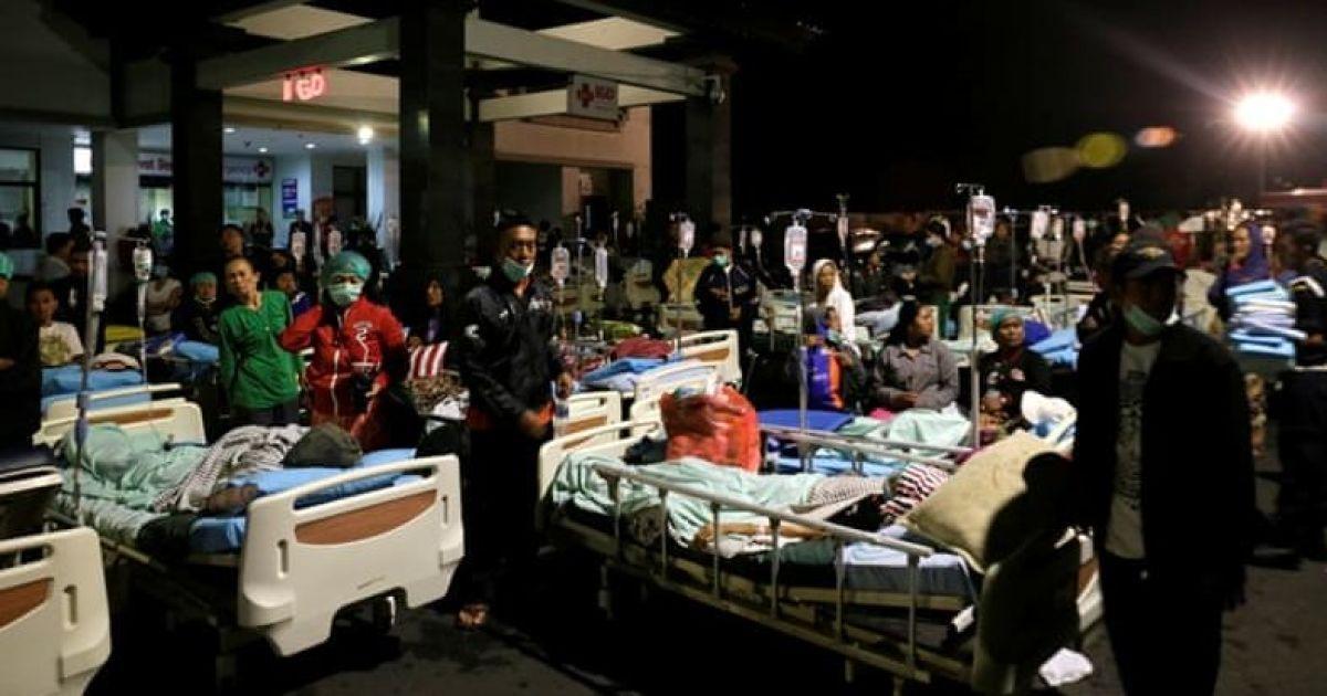 Медики оказывают первую помощь пострадавшим