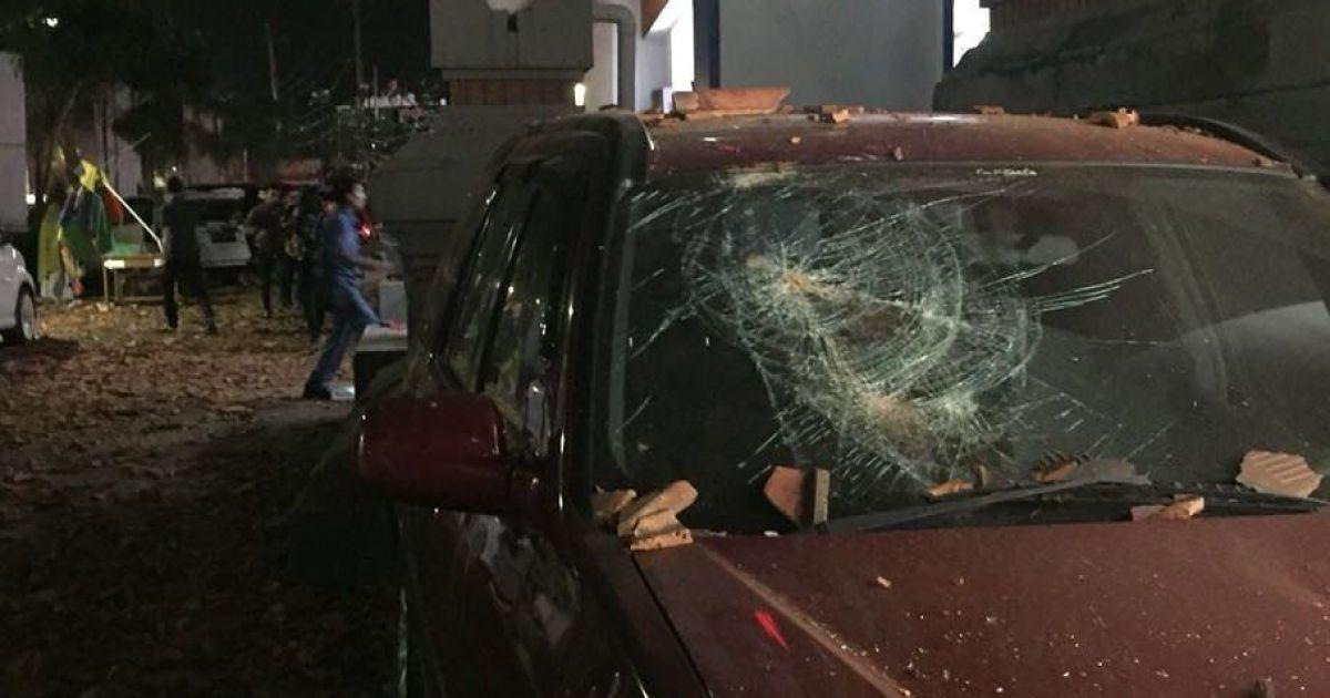 Повреждена в результате землетрясения машина