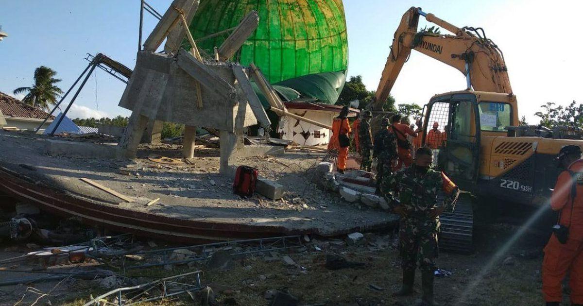 Местные спасательные службы помогают ликвидировать последствия стихии