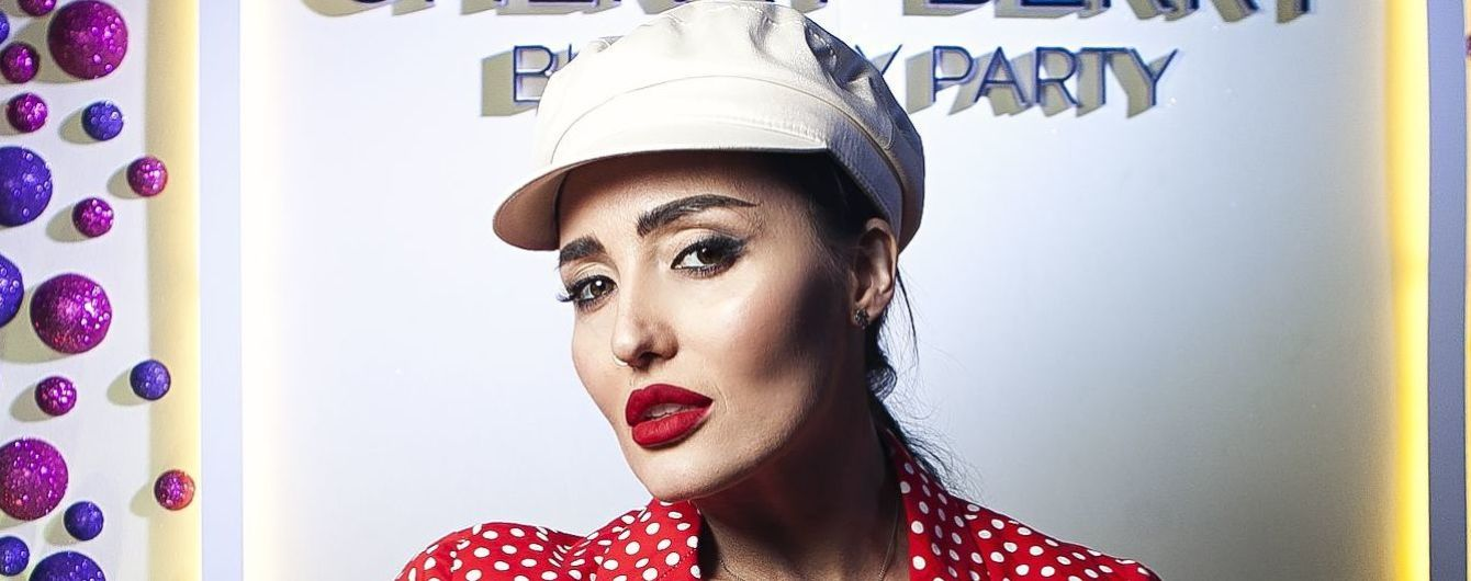 У костюмі в горошок і білій кепці: Анна Добриднєва в ефектному образі повеселилася на вечірці