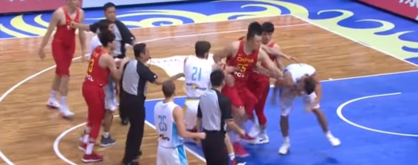 Українські баскетболісти влаштували запеклу бійку з китайцями