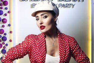 В костюме в горох и белой кепке: Анна Добрыднева в эффектном образе повеселилась на вечеринке