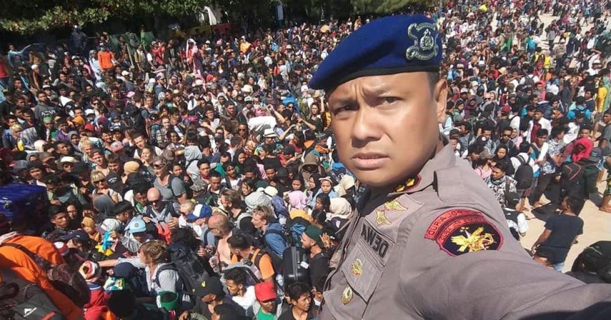 Главный водный полицейский Дэва Віяя делает селфі перед толпой людей, которые пытаются покинуть остров Гили Траванган, Ломбок @ Reuters