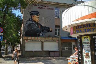 В Крыму быстро закрасили изображение Сенцова под муралом с Путиным