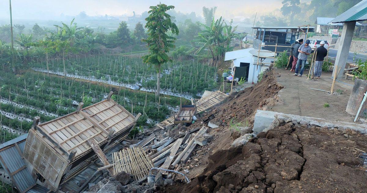 Повреждения дома на осторові Ломбок