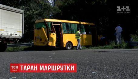 На трасі під Києвом вантажівка протаранила автобус з пасажирами