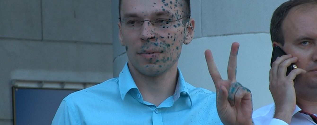 У Житомирі біля суду облили зеленкою проросійського блогера