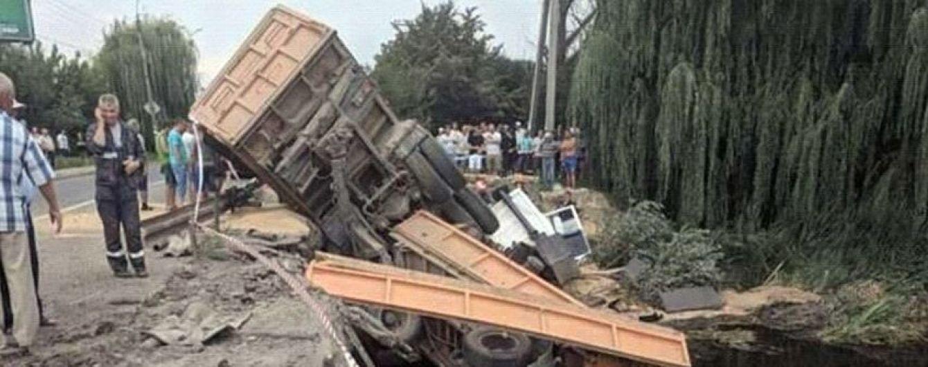 На Хмельниччині вантажівка злетіла з моста у річку